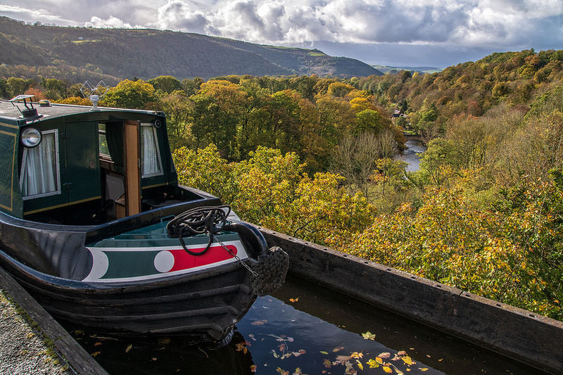 canal boat pontcysyllte aqueduct llangolen autumn north wales