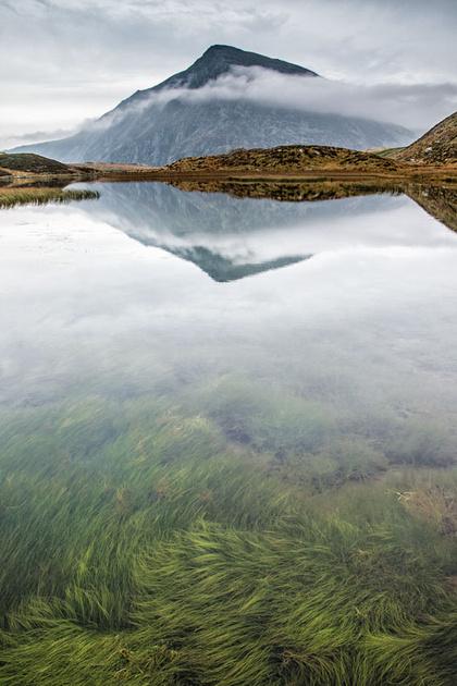 cwm idwal reflections llyn mountain snowdonia wales pen yr ole wen autumn